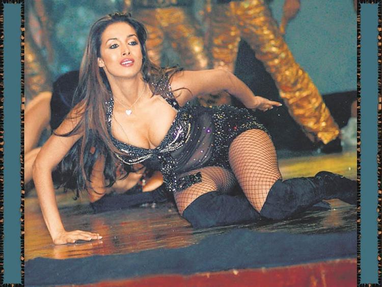 Item Girl Malaika Arora Dance Pose Wallpaper