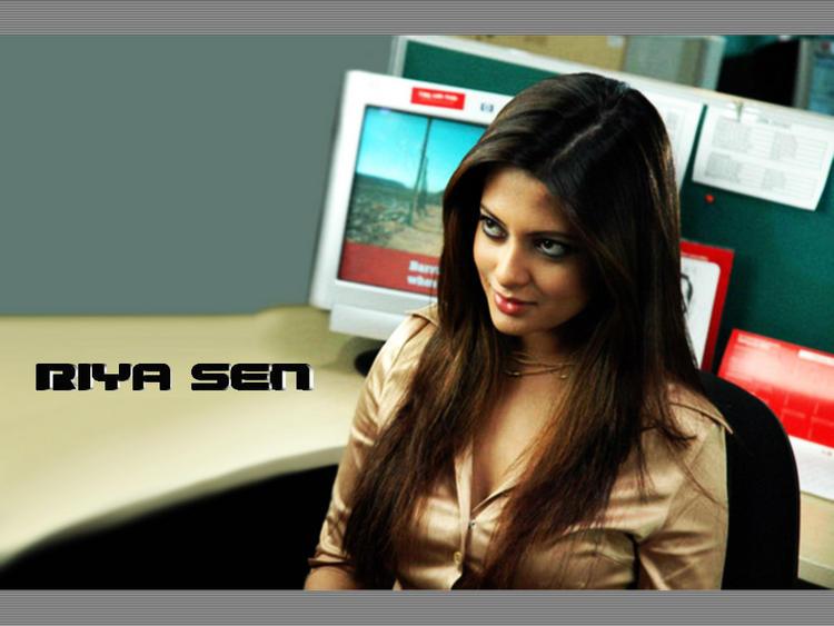 Riya Sen Cute Face Look Wallpaper