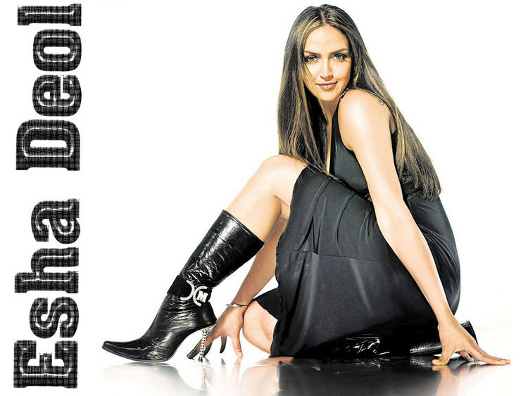 Esha Deol Spicy Pose Wallpaper