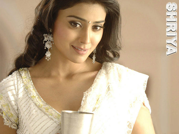 Shriya Saran Cool Sweet Look Wallpaper