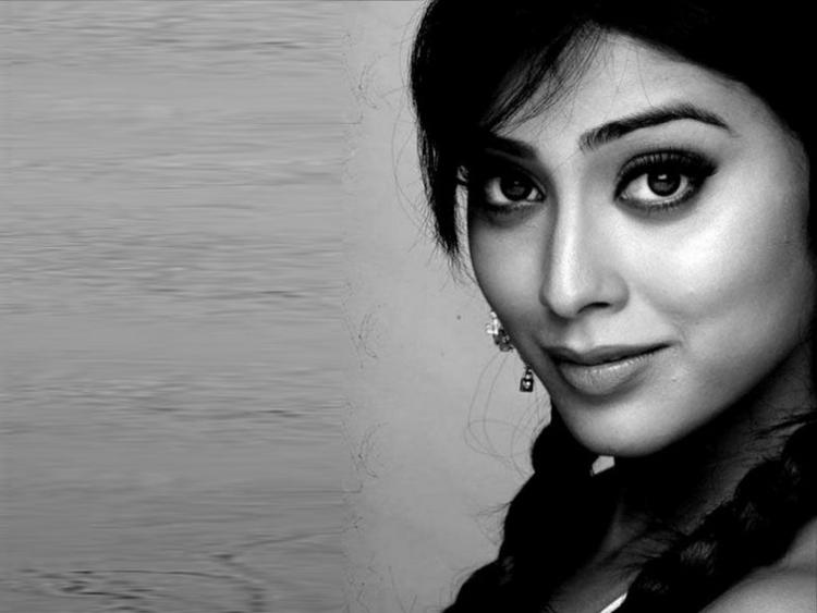 Shriya Saran Cute Look Wallpaper