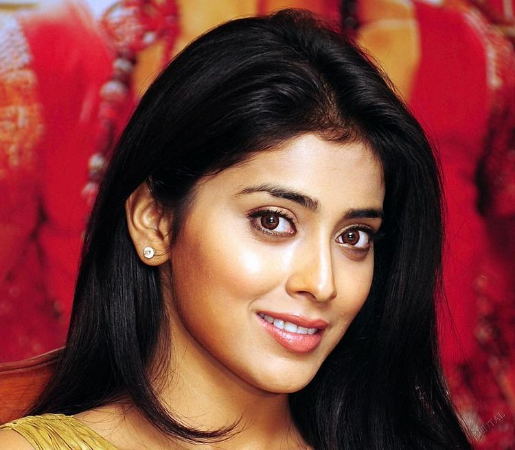 Shriya Saran Romantic Look Wallpaper