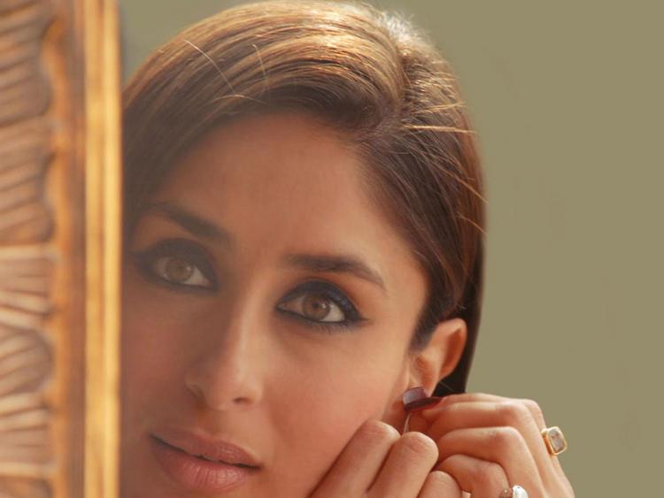 Kareena Kapoor Sexy Glazing Eyes Look