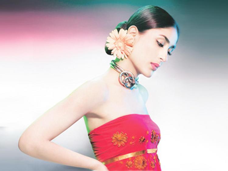 Kareena Kapoor Sleeveless Dress Sexy Pic
