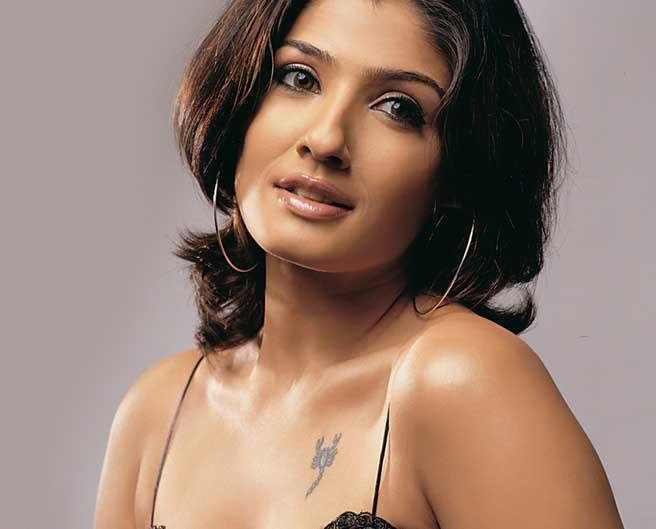 Raveena Tandon Romancing Face Look Wallpaper