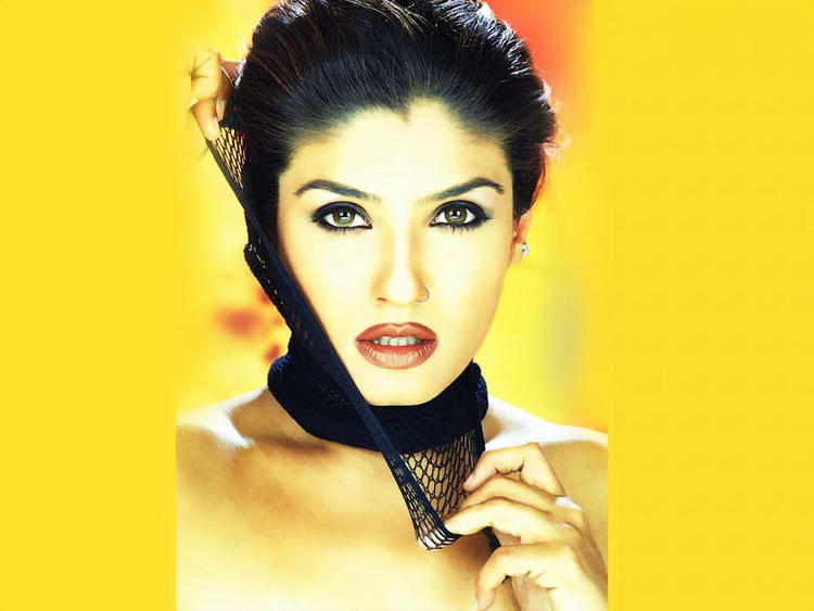 Raveena Tandon Smoky Eyes Look Wallpaper