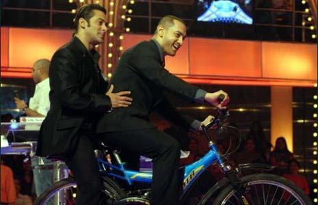 Aamir Khan and Salman Bicycle Still