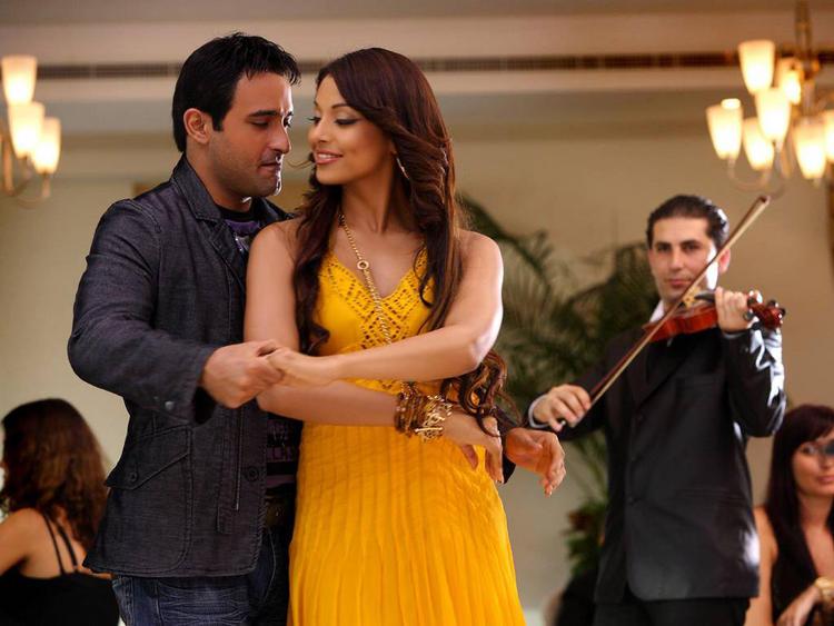 Akshay Khanna and Bipasha Basu Romance Still