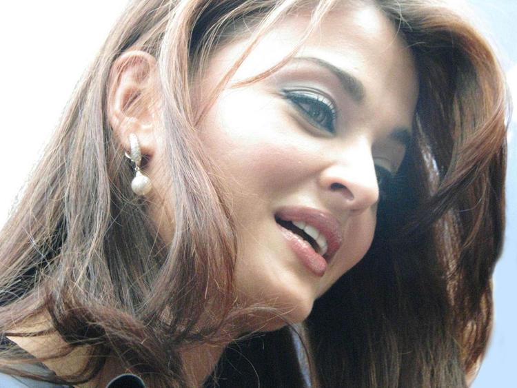 Aishwarya Rai Stunning Face Look Wallpaper