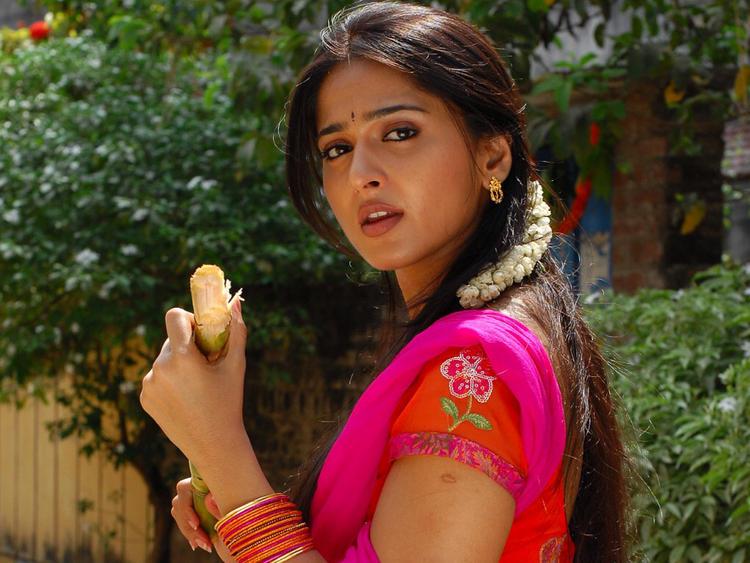 Anushka Shetty Cool Look Wallpaper