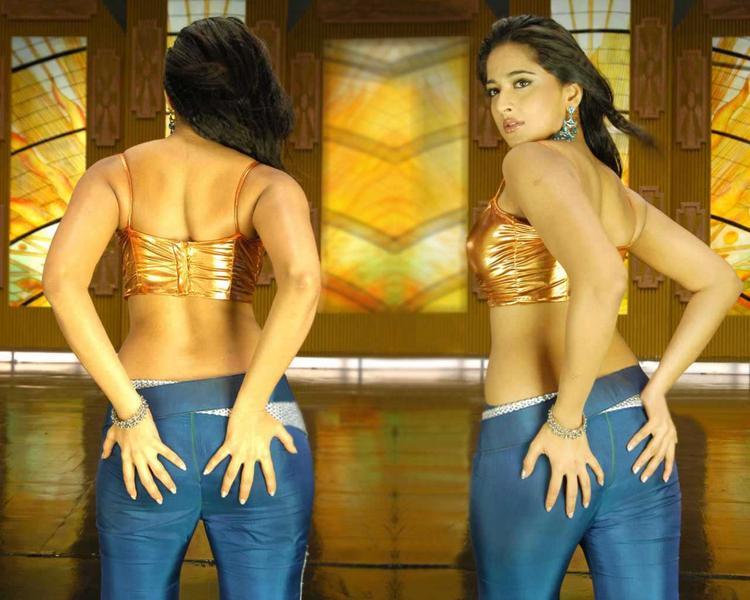 Anushka Shetty Sexy Back Exposing Pic