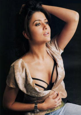 Amrita Arora  Sexy Cleavages Show Wallpaper