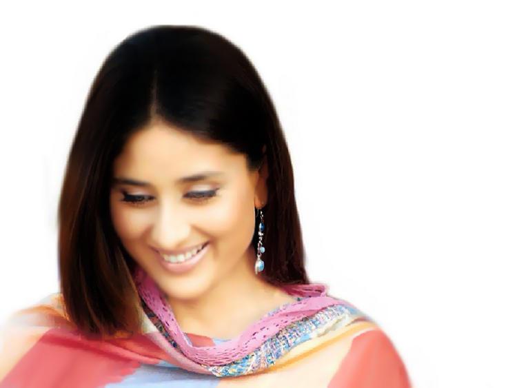 Kareena Kapoor Beautiful Smiling Face Wallpaper