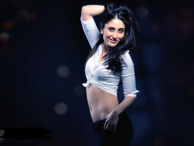 Kareena Kapoor Hot Navel Exposing Wallpaper