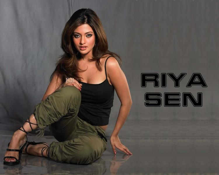 Riya Sen Spicy Look Wallpaper