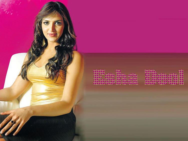 Esha Deol Awesome Face Look Wallpaper