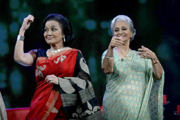 Asha Parekh,Waheeda Rehman Cute Pose at NDTV Chat Show