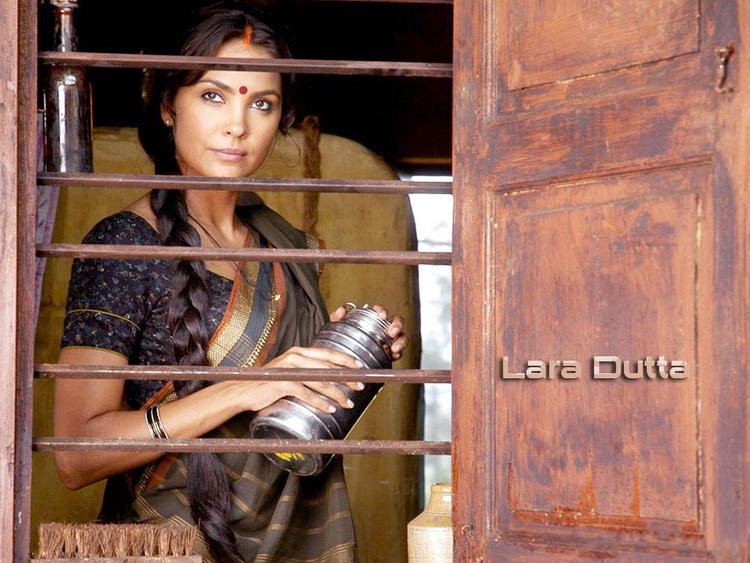 Lara Dutta In Traditional Saree Hot Wallpaper