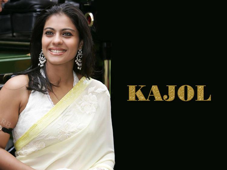 Kajol Devgan Beauty Smile Wallpaper In Saree