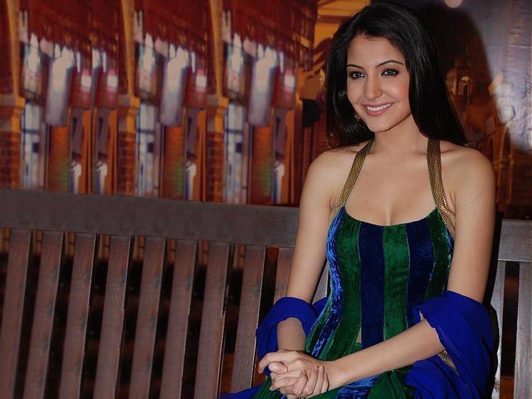 Sweet Actress Anushka Sharma Wallpaper