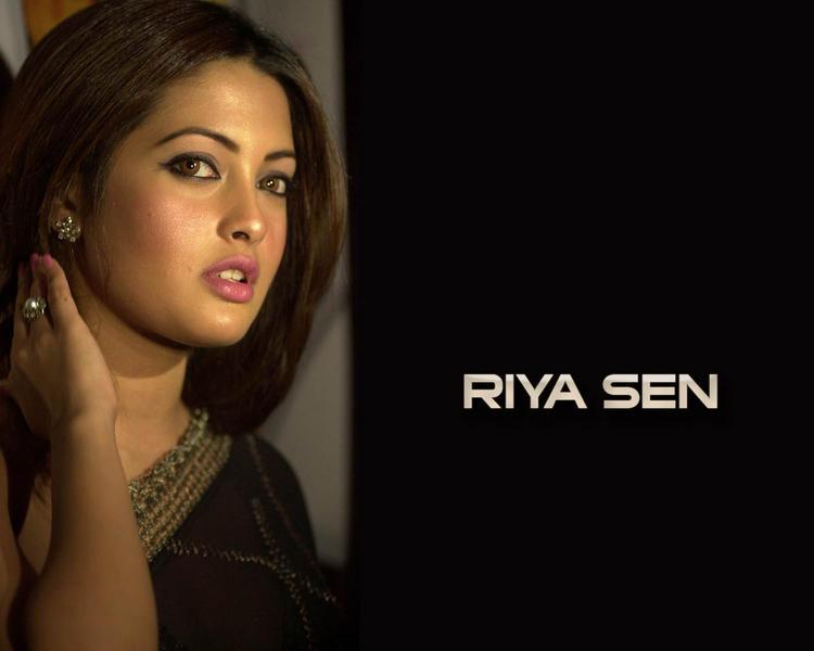 Hot Babe Riya Sen Wallpaper