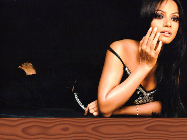 Spicy Actress Neetu Chandra Wallpaper