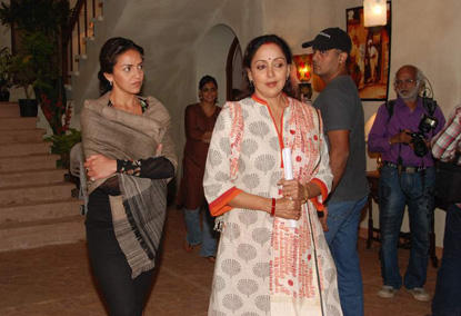 Esha Deol With Mom On The Sets Of Tell Me O'khuda Sets