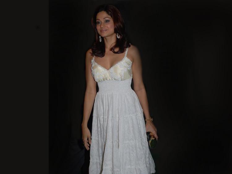 Shamita Shetty With White Dress Wallpaper