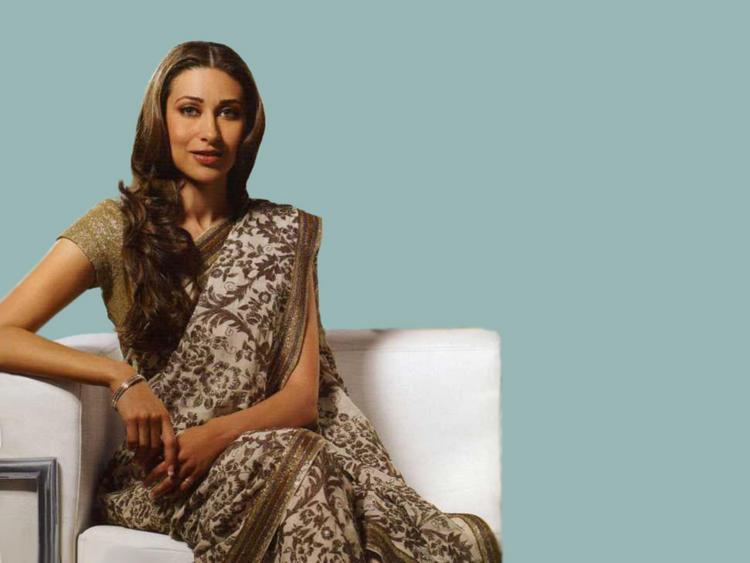 Karishma Kapoor Nice Still In Saree