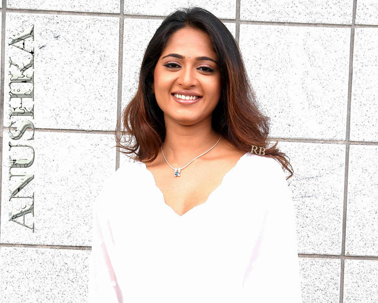 Anushka Shetty Beauty Smiling Face Wallpaper