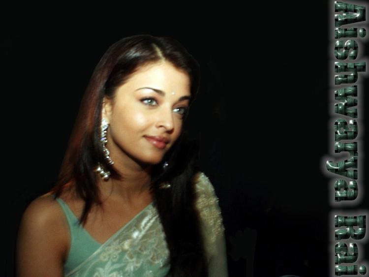 Hot Actress Aishwarya Rai Wallpaper In Saree