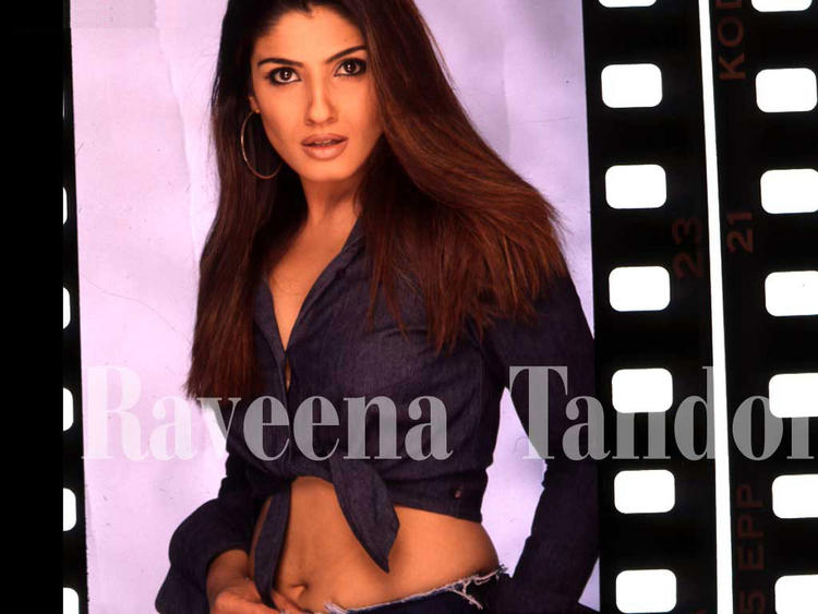 Raveena Tandon Navel Exposing Wallpaper