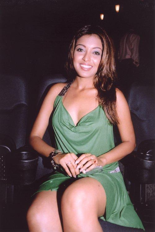 Tanushree Dutta Smiling Face look Wallpaper