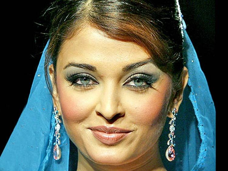 Dazzing Actress Aishwarya Rai Sweet Still