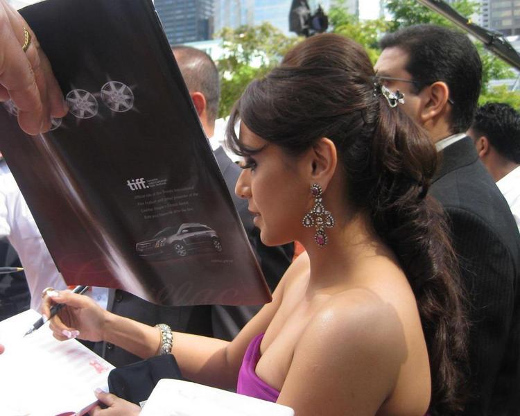 Rani Mukherjee Open Boob Still