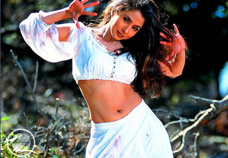 Urmila Matondkar Dancing Pose Wallpaper