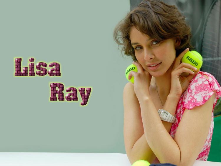 Lisa Ray Cute Pose Wallpaper