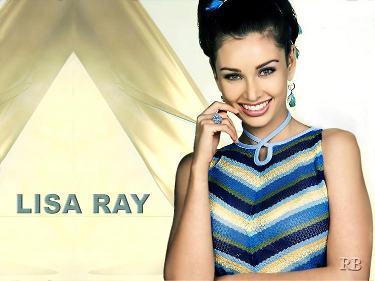 Lisa Ray Sweet Smiling Face Wallpaper
