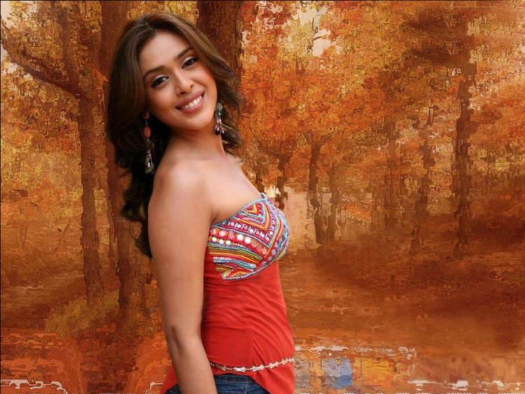 Hrishita Bhatt Sweet Smile Pose Wallpaper