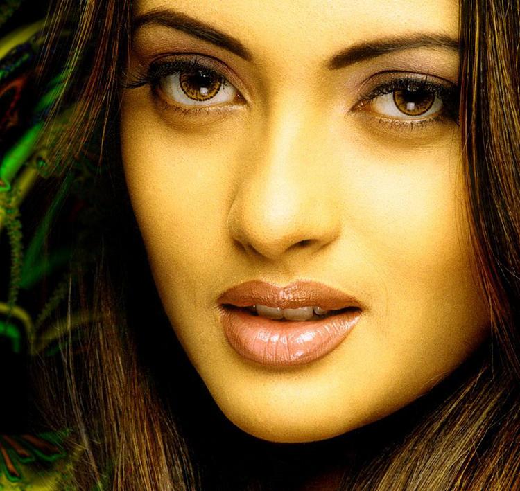 Riya Sen Sexy Eyes and Wet Lips Pic