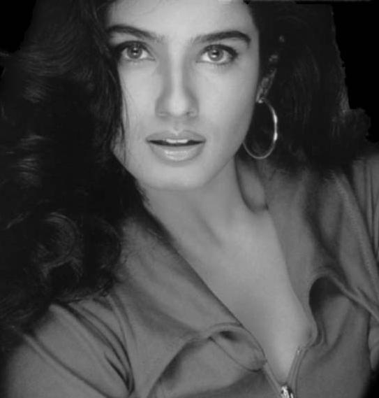 Raveena Tandon Beautiful Face Look Wallpaper