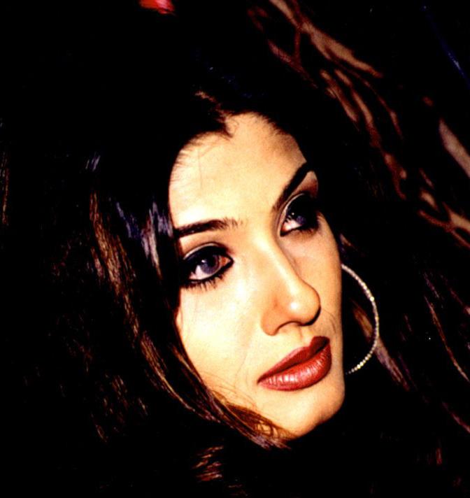 Raveena Tandon Sexy Red Lips Wallpaper