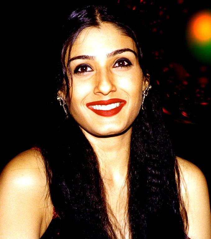 Smiling Beauty Raveena Tandon Wallpaper