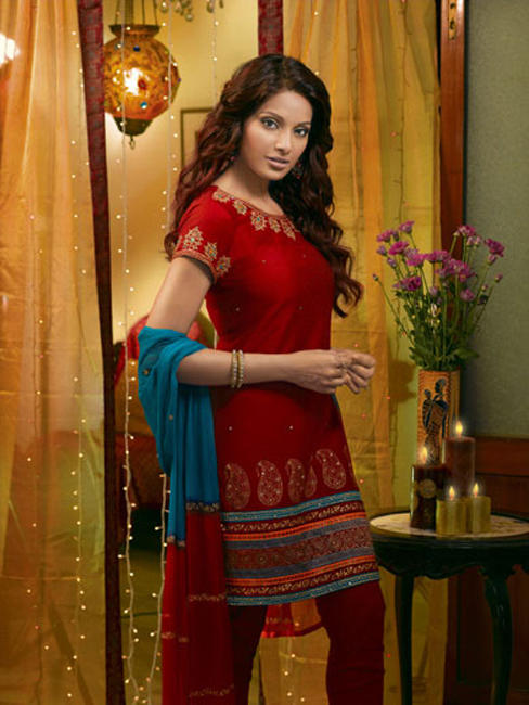 Bipasha Basu Nice Look In Salwar Suit