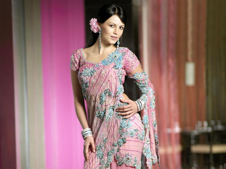 Yana Gupta Looking Sexy In Saree