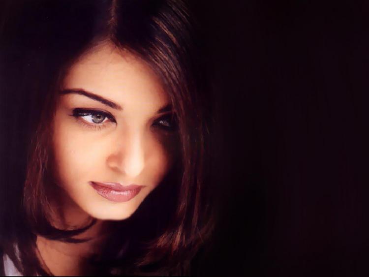 Aishwarya Rai Dazzling Face Look Wallpaper