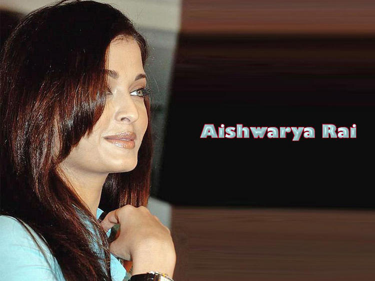 Aishwarya Rai Smiling Face Look Wallpaper