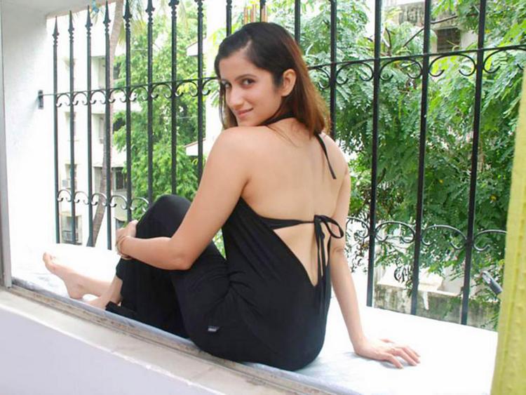 Smiley Suri Hot Back Exposing Wallpaper