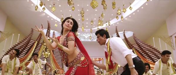 Shahrukh Khan and Kareena Chammak Challo Dance Still