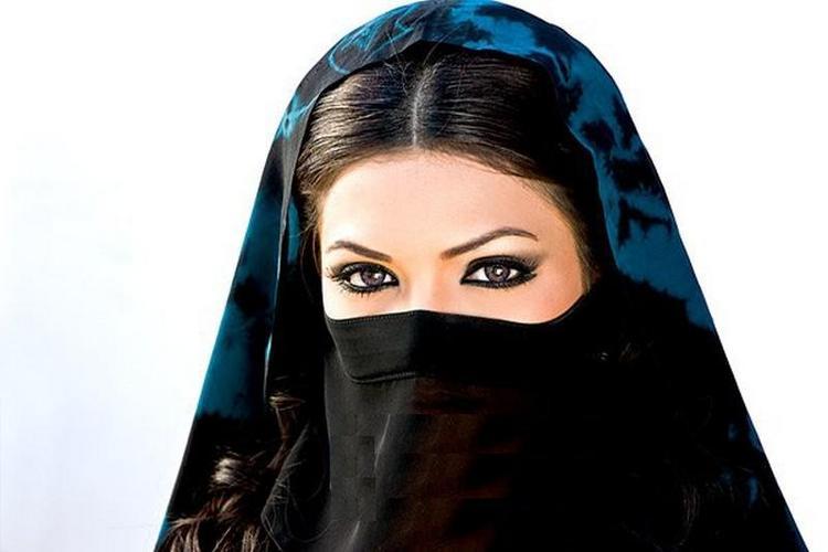 Mona Lisa Wearing Burqa Wallpaper